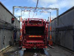 De Truckwash vol in bedrijf.